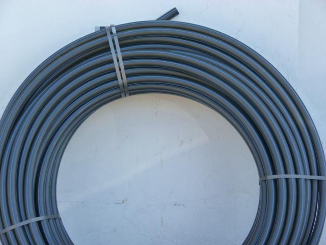 Trubka plastová PE-HD PE 100 SDR 11 d32 x 3 PN16 černá s modrým pruhem, 100 m (polyetylén PE100 32X3 SDR11)